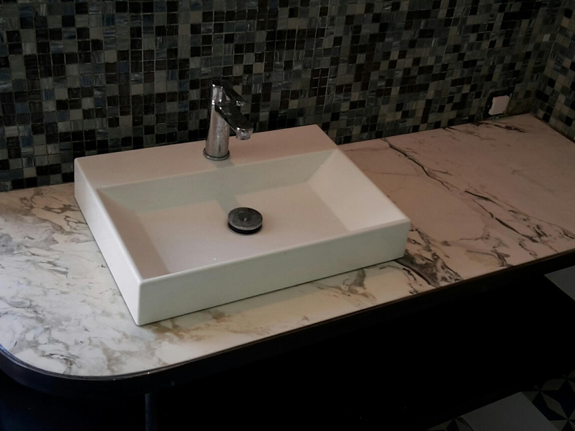 Taille de pierre et marbrerie pour la salle de bain par Arthur Créations à Nîmes